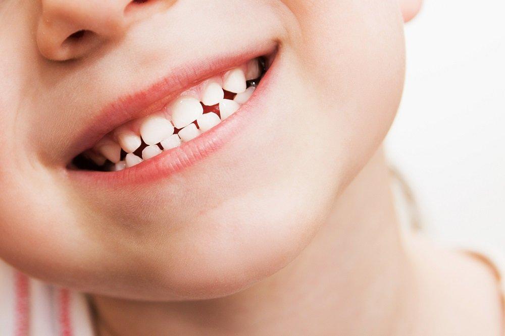 Kind lächelt mit Zähnen