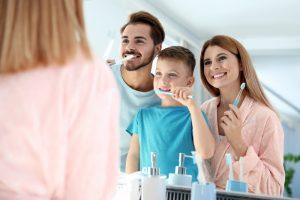 Familie putzt zusammen die Zähne
