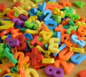 Zahlen und Buchstaben liegen auf einem Tisch