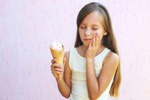 maedchenhat zahnschmerzen beim Eis essen