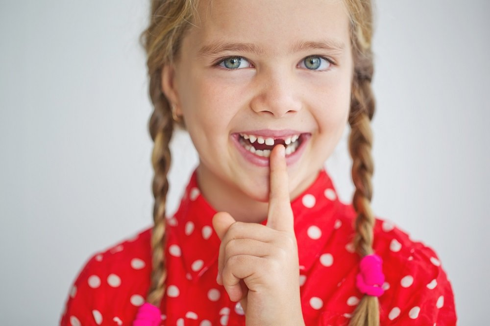 Mädchen zeigt stolz ihre Zahnlücke