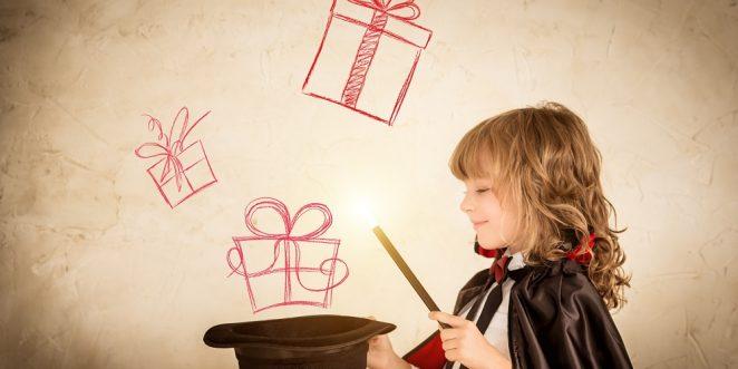 Kind mit Zauberhut und Zauberstab