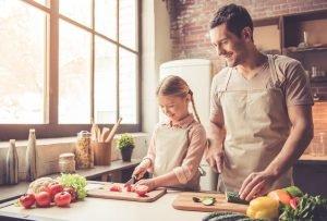 Vater und Tochter kochen zusammen
