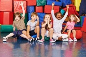 Kinder jubeln gemeinsam